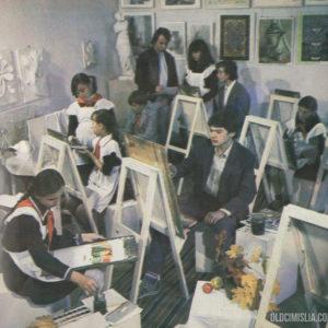 Ученики художественной школы во время занятий.