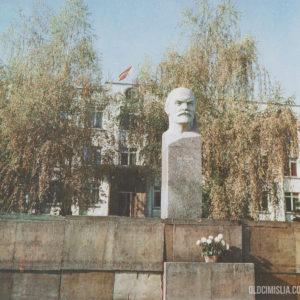 Бюст Ленина на центральной площади.
