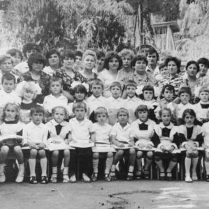 """Детский сад """"Аурика"""". Коллектив детского сада с воспитанниками. Фото из альбома Тимура Алдахонова."""