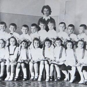 """Воспитанники детского сада """"Аурика"""". с воспитателем. Фото из альбома Тимура Алдахонова."""