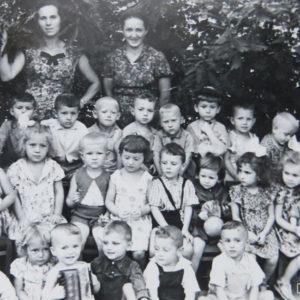 "Воспитанники детского сада ""Аурика"" с воспитателями. Фото из альбома Тимура Алдахонова."