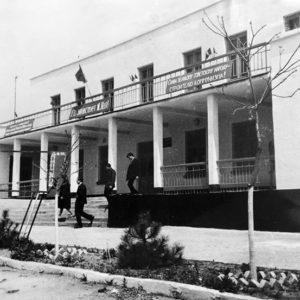 Дом пионеров. Сдан в эксплуатацию в 1967 году. Фото сделано приметно в тоже время. Сегодня это дом детского творчества.