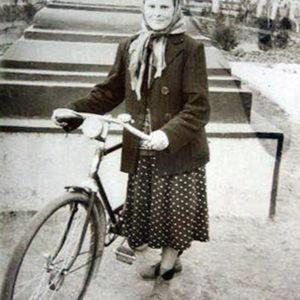 Анна Плешка (Григорицэ) перед памятником Шлихтинга. Вдали справа заметна первая школа. 1958 г. Источник: Василий Григорицэ.
