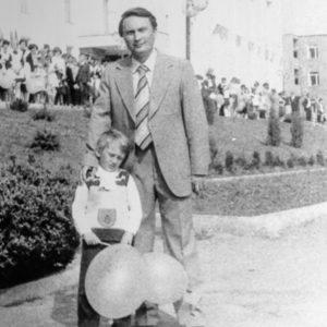 Первомайская демонстрация. Заместитель редактора районной газеты Тайбан В. И. с сыном. 1983 г. Фото из архива Леонида Ходько.