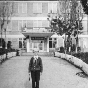 Средняя школа №2. На фото будущий художник Александр Ходько. 1974 г. Из семейного архива Леонида Ходько.