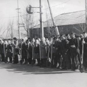 Субботник в зоне отдыха. Построение перед началом работы. Апрель. 1976 г. Фото из архива Леонида Ходько.