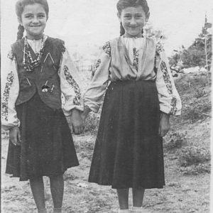 Девочки в костюмах. 50-е годы. Фото из семейного архива Анны Ашуровой.