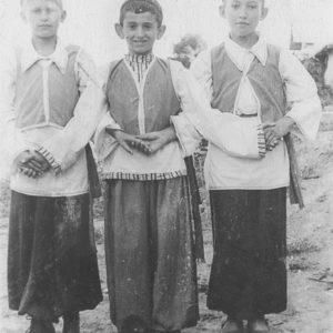 Мальчики в костюмах. 50-е годы. Фото из семейного архива Анны Ашуровой.