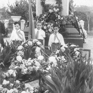 Пионеры перед постаментом с табличкой в память о красноармейце Шлихтинге. Постамент стоял на месте нынешнего мемориала. В этом месте был разбит целый парк, по периметру которого стояла ограда. Стояли скамейки. Объектив фотографа направлен в сторону нынешнего дома культуры. 50-е годы. Есть гипотеза, что изначально этот постамент был установлен в память о румынских солдатах. Фото из семейного архива Анны Ашуровой.