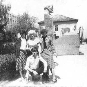 Групповое фото на фоне бюста В.И.Ленина . 1979 год.  Фото: Василия Григорицэ.