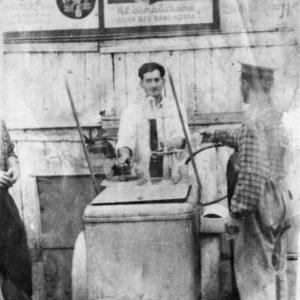Михаил Коитор. Продавец газированной воды. Фото сделано приблизительно в том месте, где сейчас находится бывший Универсам. Фото из семейного архива Анны Ашуровой.