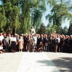 Ветераны ВОВ на мемориале в центре Чимишлии. Конец 90-х. Фото из семейного архива Анны Ашуровой.