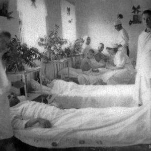 Детское отделение. Медсестра Султанеску Лариса. 1944 г. Фото предоставил Сергей Балабан.