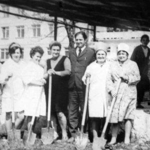 Очередной субботник. В центре главврач Марчук Иван Ефимович. 1978 г. Фото предоставил Сергей Балабан.