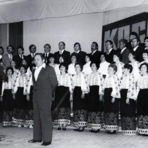 Хор сформированный из коллектива чимишлийской больницы. Фото из семейного архива Анны Ашуровой.