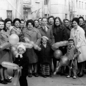 Коллектив тубдиспансера. 1 мая 1976 год. Фото из семейного архива Анны Ашуровой.