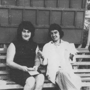 Свободная минутка. Анна Ашурова и Фома Трофимов на территории больницы. Фото из семейного архива Анны Ашуровой.