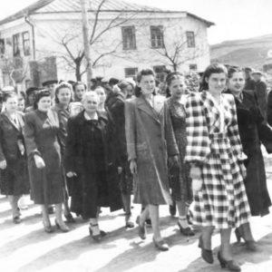 Коллектив больницы на демонстрации. На заднем плане бывшее здание военкомата. Сегодня в этом здание расположено МРЭО. 1952 г.