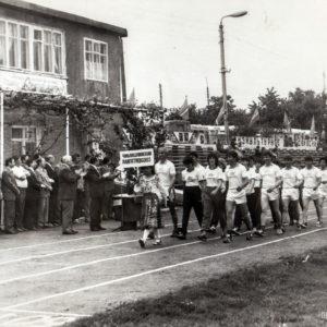 Почетный обход. Спортивная жизнь чимишлийцев в 80-е годы. Открытие спортивного сезона. Источник: Спортивная школа.