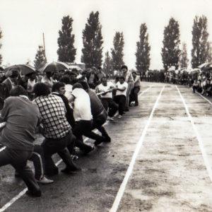Перетягивание каната. Спортивная жизнь чимишлийцев в 80-е годы. Открытие спортивного сезона. Источник: Спортивная школа.