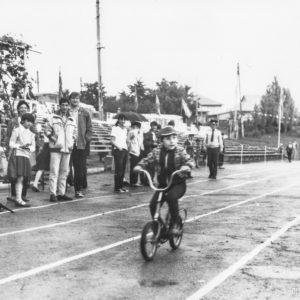Детская велогонка. Спортивная жизнь чимишлийцев в 80-е годы. Открытие спортивного сезона.Источник: Спортивная школа.