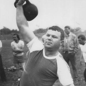 Поднятие гири. Спортивная жизнь чимишлийцев в 80-е годы. Открытие спортивного сезона. Источник: Спортивная школа.