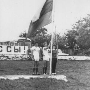 Подъем флага. Спортивная жизнь чимишлийцев в 80-е годы. Открытие спортивного сезона. Источник: Спортивная школа.