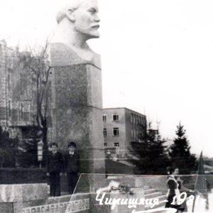 Бюст Ленина. Находился перед зданием райисполкома, нынешней мэрией. 1981 г. Источник: Ион Орлов.