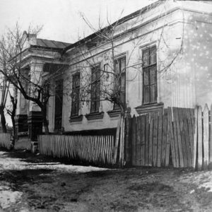 Здание с богатой историей, но о нем очень мало информации. Построено в 1870 году. Судя по планировке это был жилой дом. Во время войны в нем располагалась мэрия города. Позже дом пионеров и кружок радиолюбителей. Сегодня это городской музей истории и этнографии.