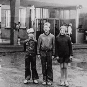 Автостанция. Сегодня автостанция выглядит совсем иначе. В 80-е годы сооружение было обнесено стеной. Середина августа. 1976 г. Фото из альбома Леонида Ходько.