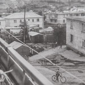 """Вид с балкона 3-х этажного дома, построенного напротив здания суда. Слева бывший детский сад """"Алунел"""". 1977 г. Фото из альбома Леонида Ходько."""