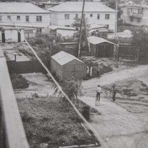 """Вид с балкона 3-х этажного дома, построенного на против здания суда. Слева бывший детский сад """"Алунел"""". 1977 г. Фото из альбома Леонида Ходько."""