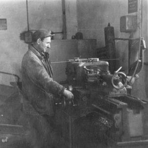 Фото сделано в одном из цехов завода, который находился на месте нынешнего здания ресторана. Фото из семейного архива Анны Ашуровой.