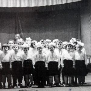 с. Гура Галбеней. Выступление детяслей. 1967 г. Фото из архива Леонида Ходько.