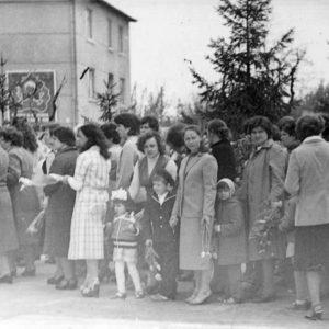 Парад в центре Чимишлии. В кадре сотрудники больницы (Физкабинет). 9 мая 1984 года. Фото предоставил Константин Котруцэ.