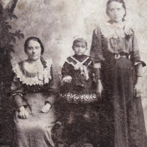 Акулова Вера Ивановна (с левой стороны). Начало XX века. Фото предоставила Марина Викторовна Федорова.
