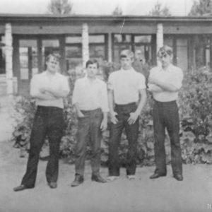 Ученики во дворе Школы №2. Источник: Сергей Ершов.