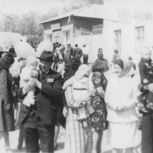 """1 мая 1979 года. Центр. Подъем от площади к церкви. Справа молочный магазин (ныне магазин """"Букурия""""). Источник: Сергей Ершов."""