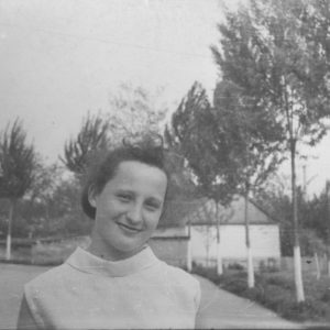 Подпись к фото: 8 класс. Немчинова Л. Фото было сделано в 70-х годах перед парадным входом Школы №2. Источник: Сергей Ершов.