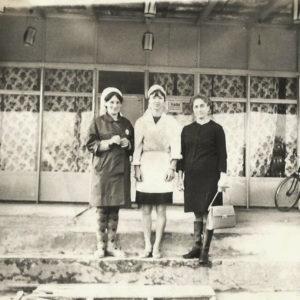 """На ступенях кафе """"Молодежка"""". Сейчас этого кафе не существует. Оно находилось на территории нынешнего парка """"Маленький Париж"""". Женщины на фото справа налево: Ксения Бырытэ, Елена, Мария Грыу. Источник: Солвита Грыу."""