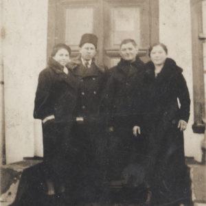 """Групповое фото на фоне почтового отделения. Надпись над дверями - """"Birou Telegrafo-poștal"""". Источник: Адриан Пыслару."""