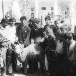 На площади, перед домом пионеров. Видимо кто-то выиграл барана. 80-е. Источник: Адриан Пыслару.