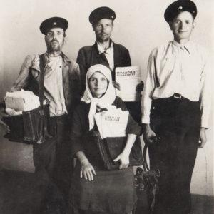 Групповое фото работников почтового отделения. Послевоенные годы. Источник: Адрина Пыслару.
