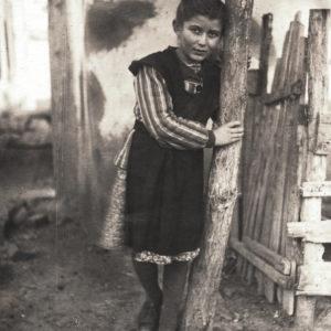 Девочка у дерева. Источник: Адриан Пыслару.