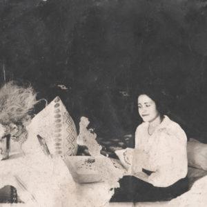 """Подпись на обороте фотографии """"Ксения Руссо. Чимишлия. 8 августа. ? 1944 либо 1941 год"""" Источник: Адриан Пыслару."""