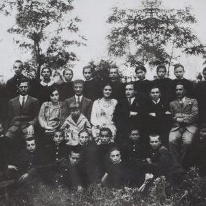 Первый выпуск лицея. Коммуна Чимишлия, жудецул Тигина. Румыния. 1928 год. Источник: Чимишлийский Музей.