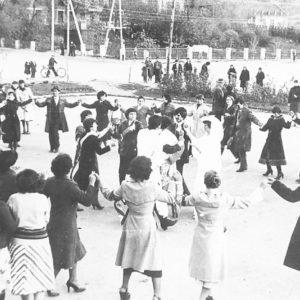 Празднование свадьбы в центре села Гура-Галбеней.