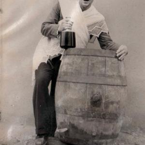Мужчина с кувшином вина в руке, рядом с бочкой. Вероятно во время празднования свадьбы. Источник: село Ферапонтьевка, АТО Гагаузия, Республика Молдова.