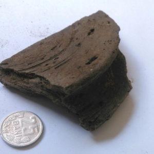 Дно сосуда. Черная керамика — один из видов керамики, обожженной по специальной технологии – в дровяной печи без доступа кислорода.