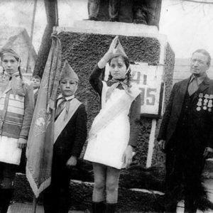 Комсомольцы у памятника неизвестному солдату, с. Липовены.